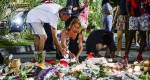 Deposti fiori a Nizza sul luogo della strage terroristica