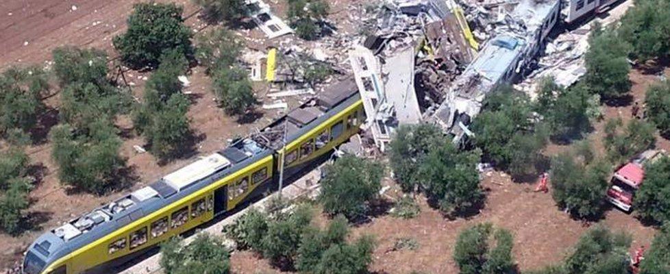 Andria, scontro fra treni