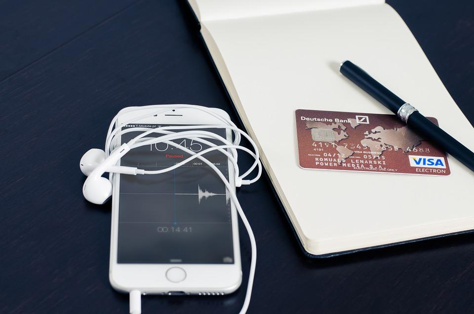 e-commerce italiano con smartphone e carte