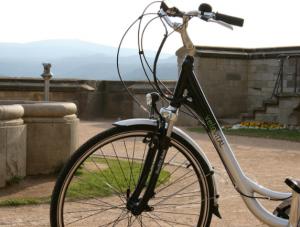 e-bike - giovani in bicicletta a pedalata assistita