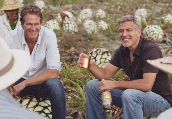 George Clooney - una foto con i produttori di tequila
