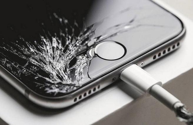cellulari ricondizionati - uno smartphone con la scocca rotta