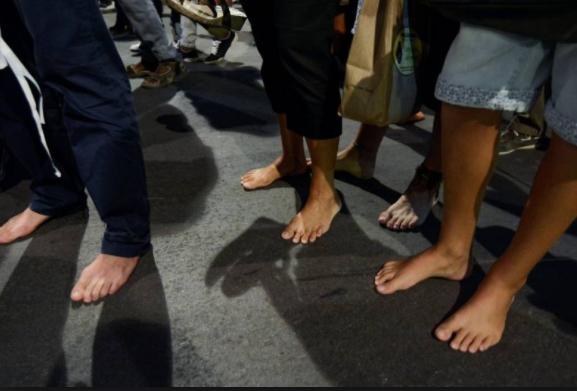 piedi nudi - sull'asfalto a piedi nudi