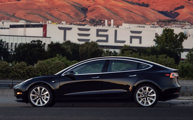 Tesla medel 3 sontro nissan leaf qual è la migliore