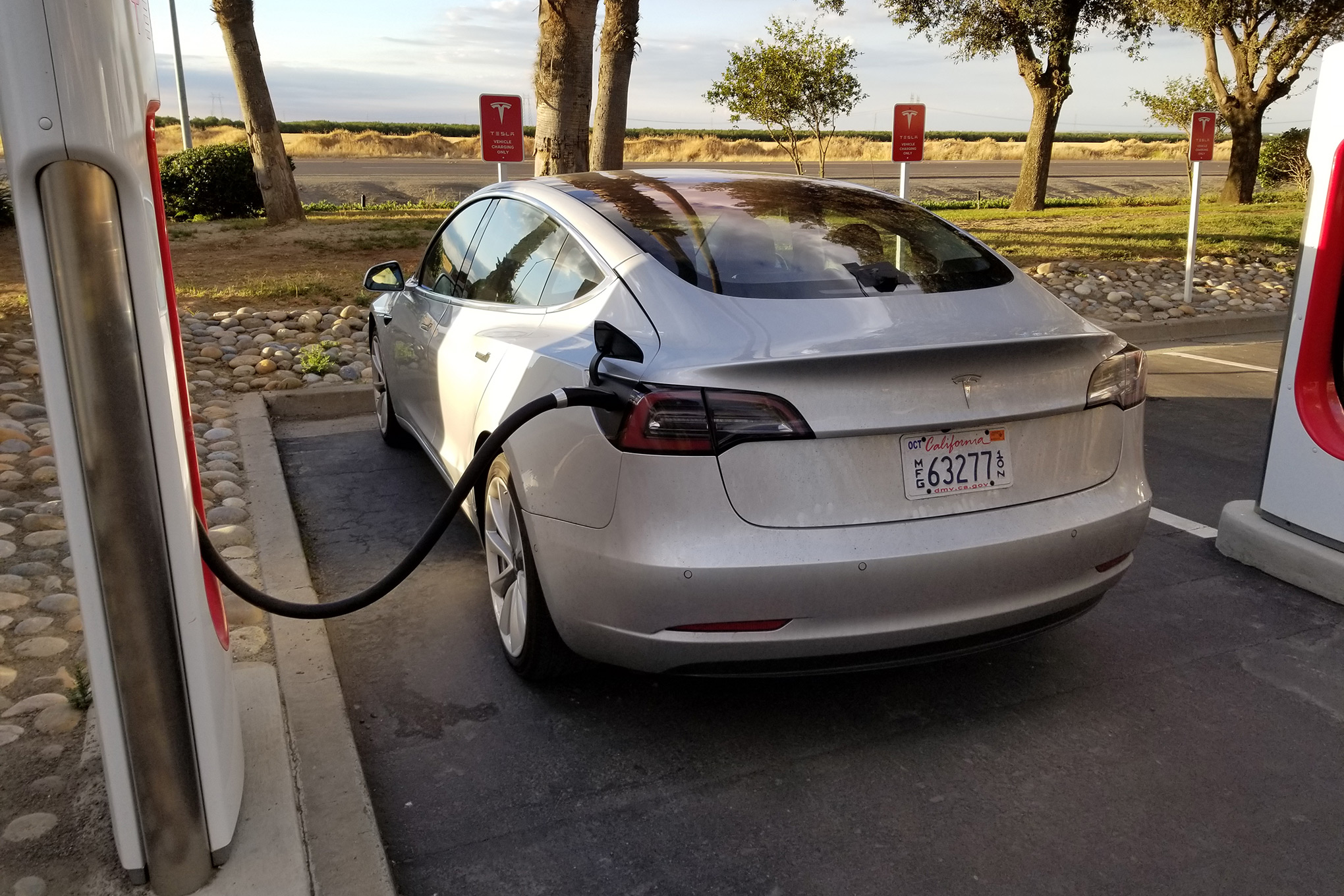 Tesla model 3 l auto elettrica per tutti forse no ecco for Quanto costa costruire un garage per 3 auto