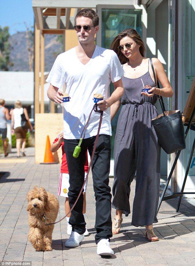 Miranda Kerr e Evan Spiegel a spasso con il cucciolo