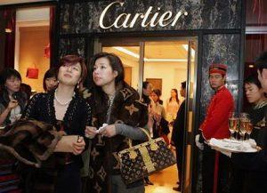 Ai cinesi non conviene più comprare beni di lusso in Europa
