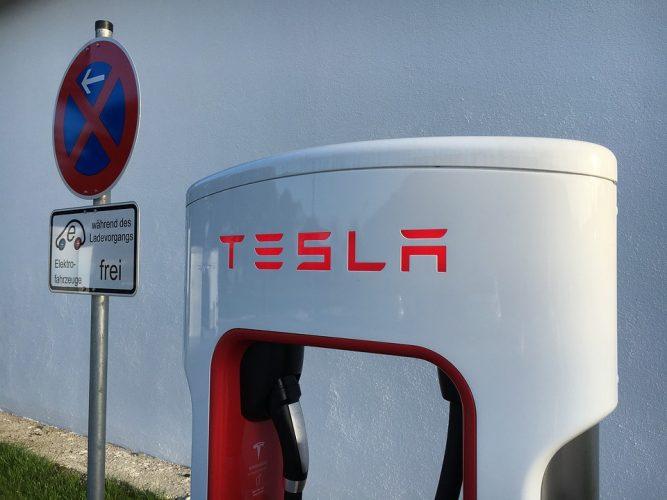 Elon Musk fa polemica con gli analisti mentre Tesla registra perdite record