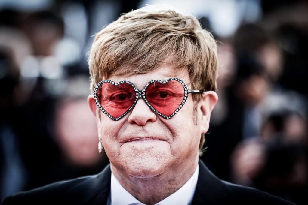 """Elton John: """" Il Vaticano condanna le unioni gay ma fa soldi col mio film"""""""