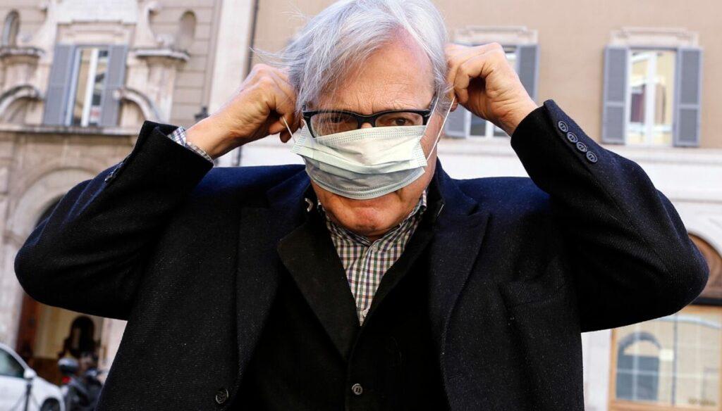 """Sgarbi si abbassa la mascherina in Aula: """"Ho il cancro, posso parlare senza?"""""""