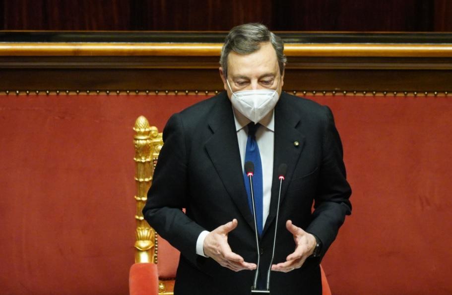 """Il piano Draghi per far ripartire l'Italia: riaperture graduali e solo """"all'aperto"""""""