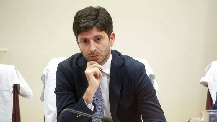 """Sondaggi, gli italiani stanno con Speranza: """"Giusta la linea sulla pandemia"""""""