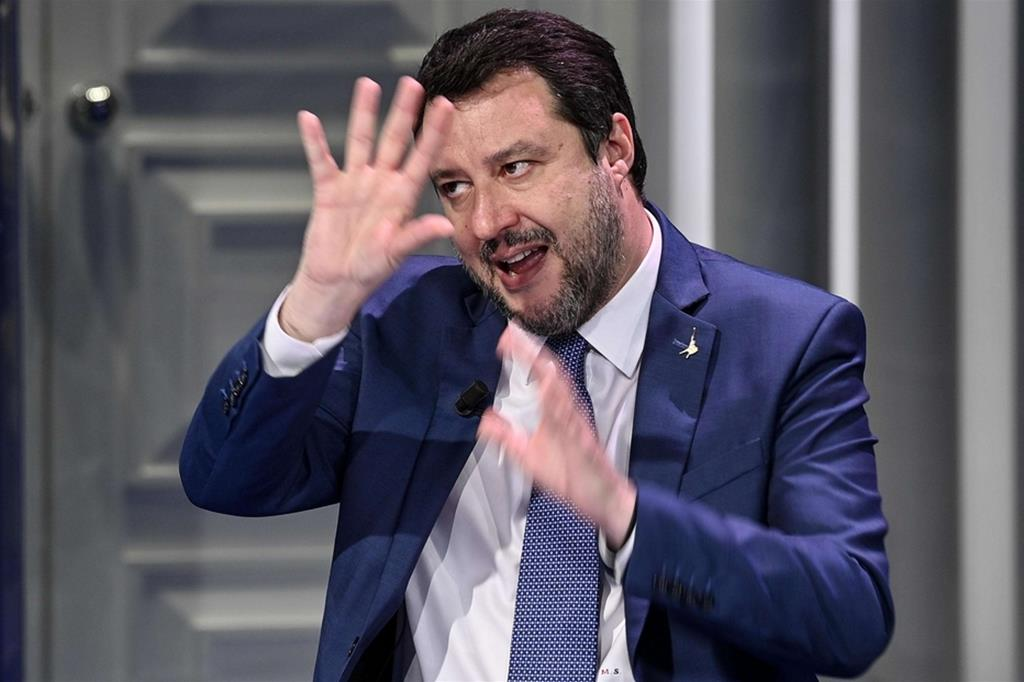 """Salvini ha paura di un nuovo Papeete: """"Sondaggi a picco se molliamo Draghi"""""""