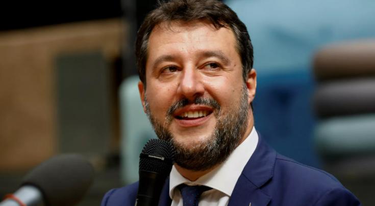 """Salvini parla di """"turisti che causano problemi"""" davanti alle foto dei migranti morti"""