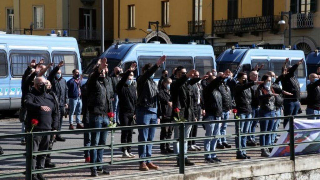 Braccia tese e cori per Mussolini: la manifestazione di Dongo diventa un caso
