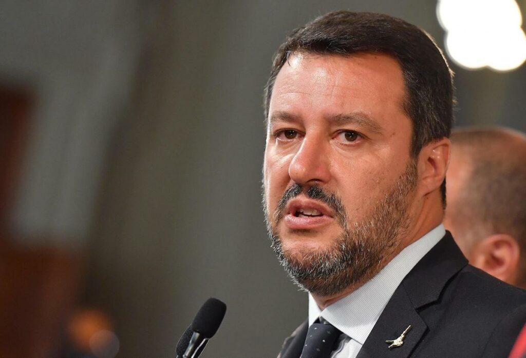 Salvini si improvvisa scienziato. E cerca un nesso tra migranti e coprifuoco