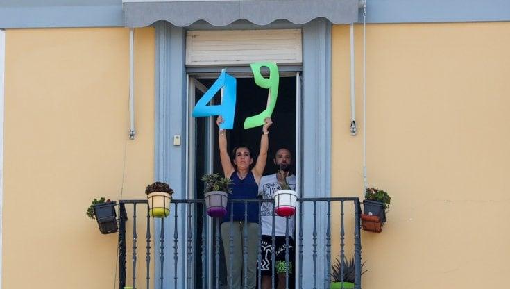 """Napoli, mentre Salvini parla da un balcone appare il numero """"49"""""""