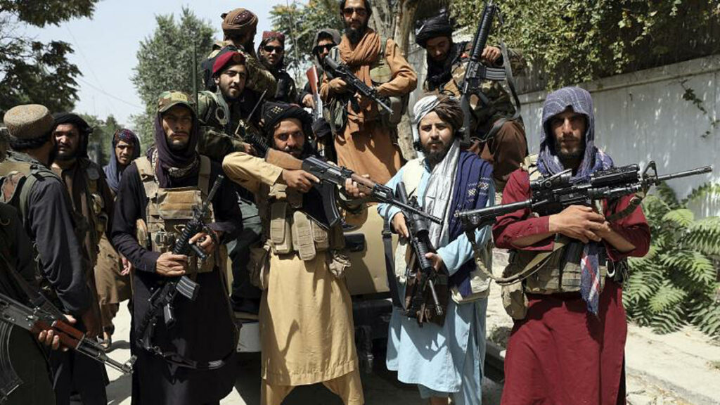 Afghanistan, i talebani sfilano con armi e mezzi militari Usa