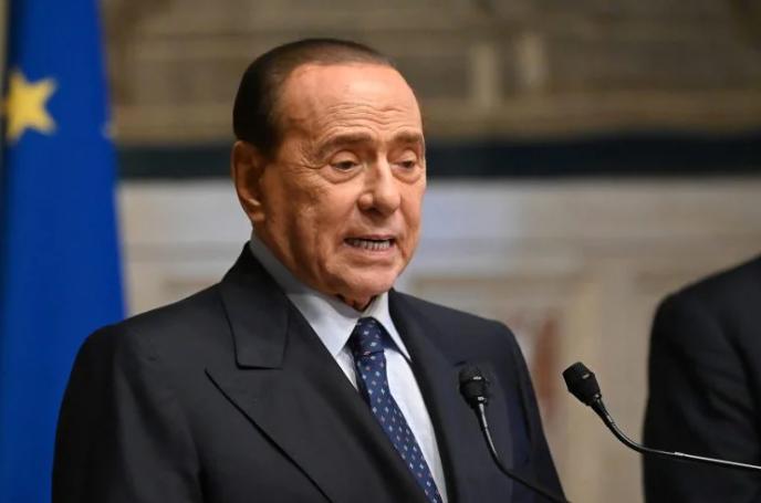 """Berlusconi promuove il green pass: """"Da imprenditore dico sì"""""""