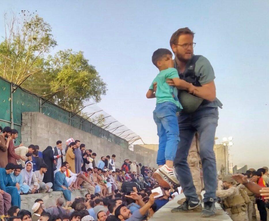"""Il diplomatico Claudi: """"Cosa c'è dietro la mia foto con il bambino a Kabul"""""""