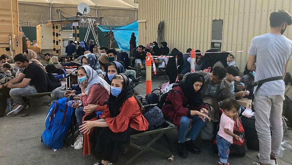 """Kabul, madri disperate lanciano i figli al di là del filo spinato: """"Portateli via"""""""