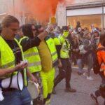 Poliziotti tolgono il casco davanti ai no pass a Trieste