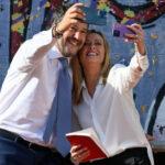 Conte ironizza sull'abbraccio tra Salvini e Meloni